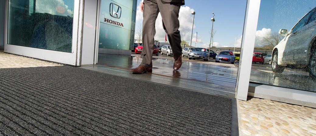 Аренда грязезащитных ковриков на резиновой основе. Ковры для защиты от грязи